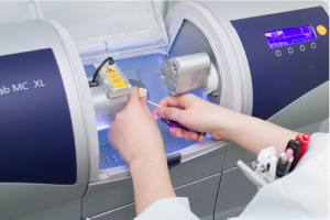 ミリングマシンでブロックを削り歯の形に仕上げます