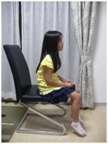椅子に座ったときに足が地面につかないと、安定せずに背筋も曲がってしまいます。