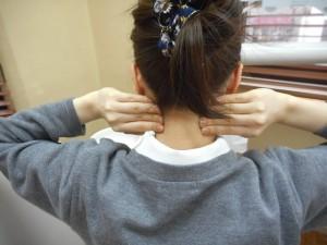 後頸筋の回転マッサージ